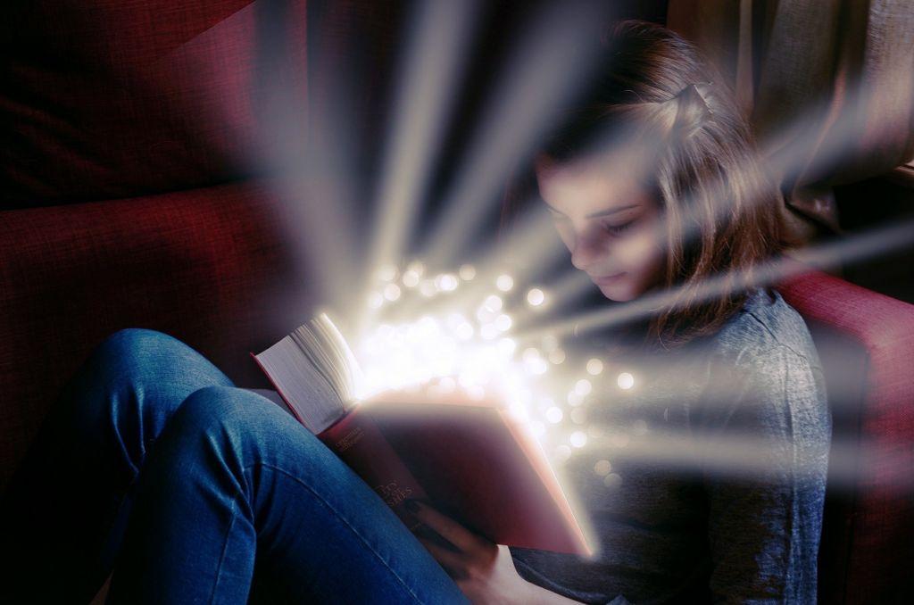 Jeune fille lisant un texte magique